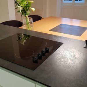 moderní kuchyně s vestavnou varnou deskou