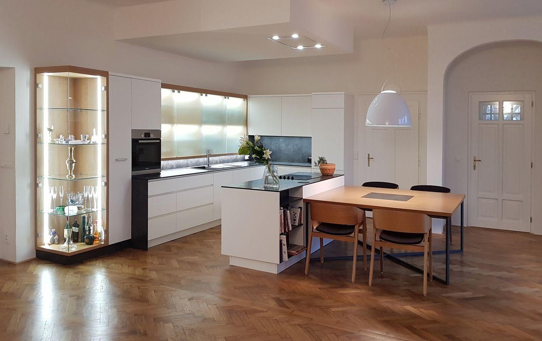 Zapomeňte na to, že se do starších domů a bytů hodí pouze rustikální kuchyně. Bytový architekt vám pomůže vyřešit celkový styl i detaily.