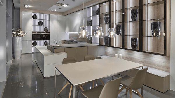 Moderní interiér v bílém lesku