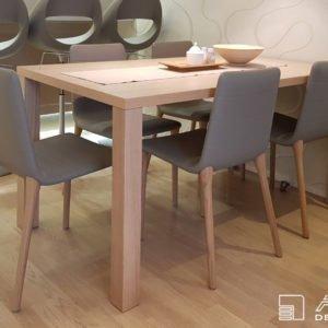 Součástí malého bytu je jídelní stůl, přisazený jednou stranou ke stěně. Po odsunutí získáme sezení pro 6 osob.