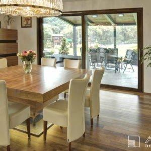 Už při návrhu rodinného domu architekt respektoval požadavek majitele na umístění velkého čtvercového stolu pro 6 osob