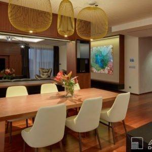 Bytový architekt oddělil kuchyni s jídelním stolem od obývacího pokoje zajímavě řešenou oboustrannou nábytkovou dělící stěnou