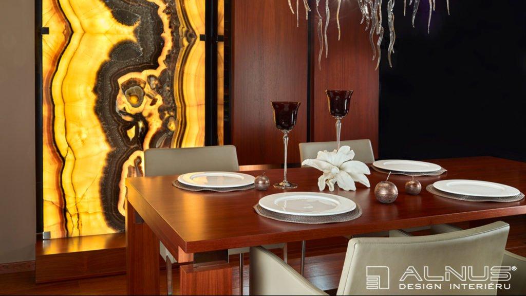 prosvícená onyxová stěna v jídelně