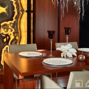 Dominantním prvkem této luxusní jídelny je architektem navržená onyxová prosvícená stěna