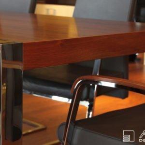 Zajímavé řešení detailu nohy jídelního stolu je dílem bytového designera firmy Alnus