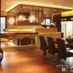 Jídelní stůl pro 6 osob navazuje na prostornou kuchyni. Interier je vyroben na zakázku firmou Alnus.