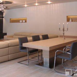 Jídelna jako součást obývacího pokoje. Dominantou je jídelní stůl na zakázku z dýhovaného běleného dubu na centrální noze