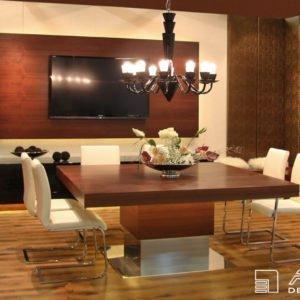 Interiér komfortní jídelny z dýhovaného amerického ořechu je vybaven atypickým čtvercovým jídelním stolem pro 8 osob