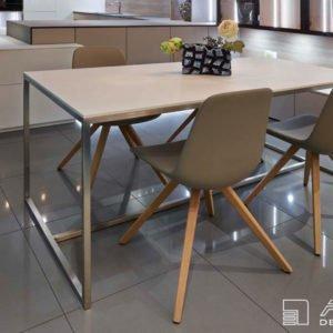 Moderně řešený jídelní stůl na nerezové podnoži pro 4 osoby. Stolovou desku navrhl designer z kompaktní desky Fenix
