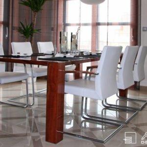 Elegantní, moderní jídelně dominuje stůl z indické jabloně ve vysokém lesku, doplněný o jídelní židle Tonon v bílé kůži.