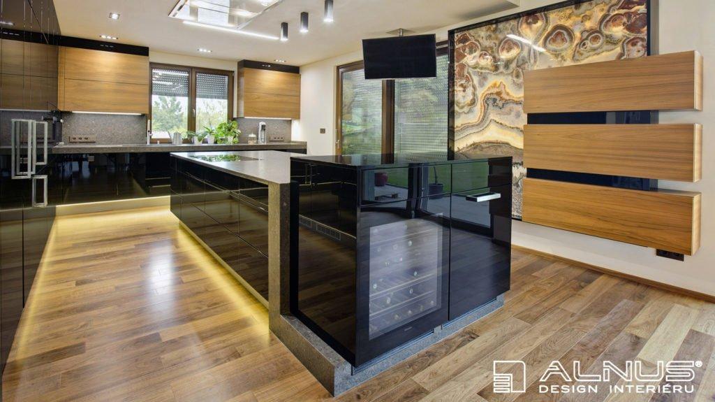 kuchyně s ostrůvkem a onyxovou stěnou