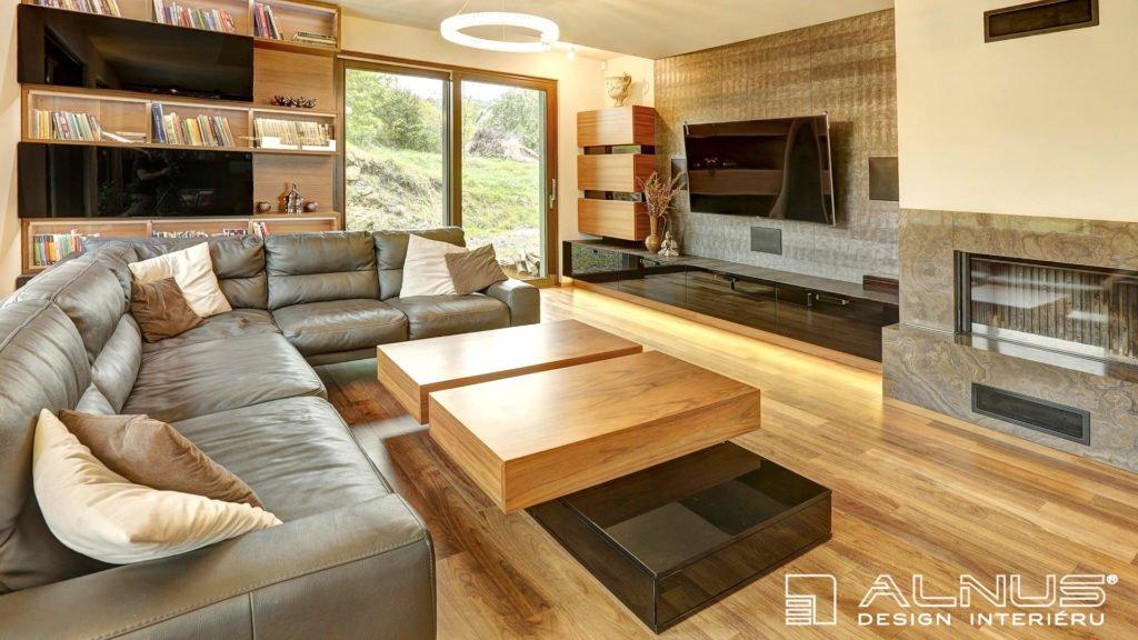 moderní obývací pokoj s krbem a konferenčním stolkem