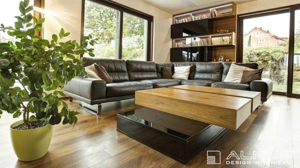 velký konferenční stůl v moderním obývacím pokoji