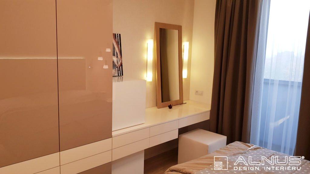dámský toaletní stolek v interiéru ložnice