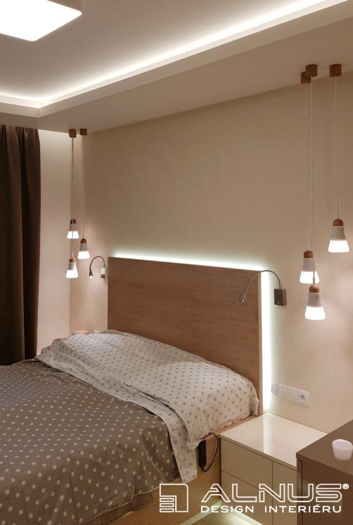 podsvícené čelo postele v interiéru ložnice