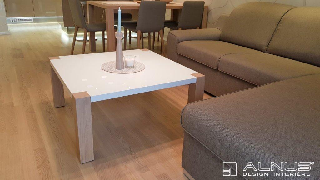 konferenční stolek v interiéru bytu