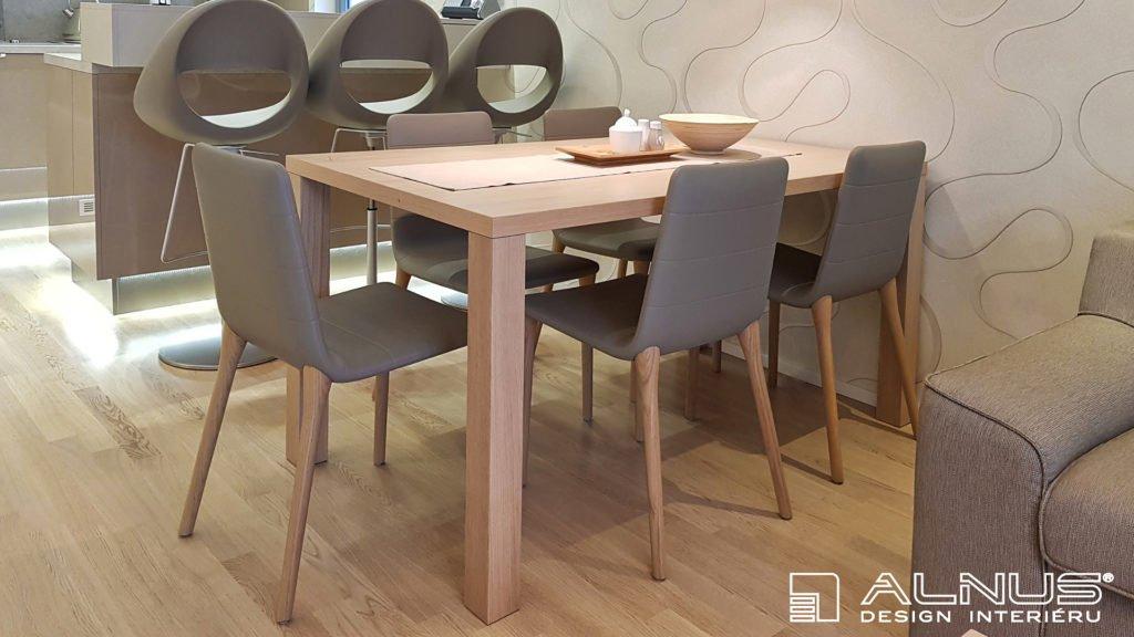 jídelní stůl v interiéru malého bytu