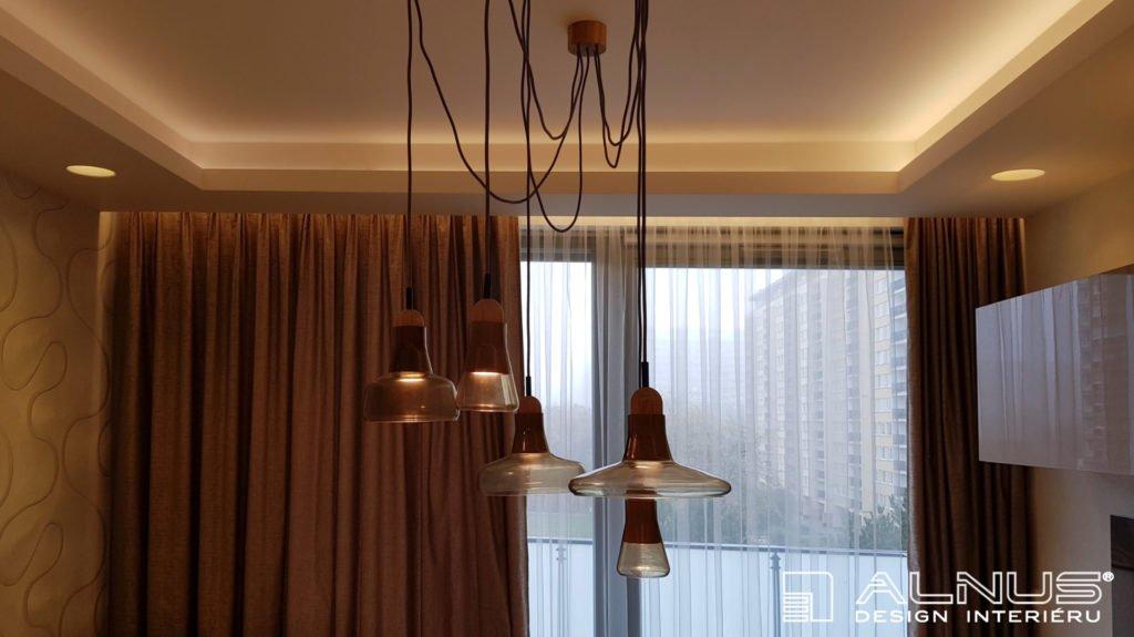 lustr s nasvíceným stropem