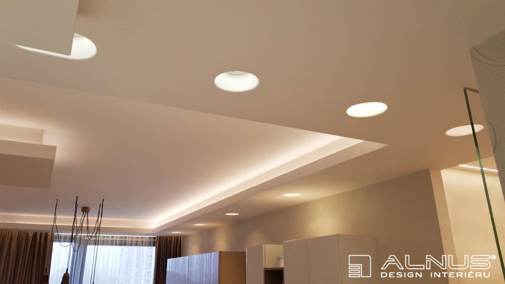 vestavné svítidla v nasvícených podhledech interiéru bytu
