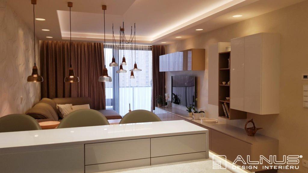 kuchyně s obývákem dohromady s podsvícením stropu