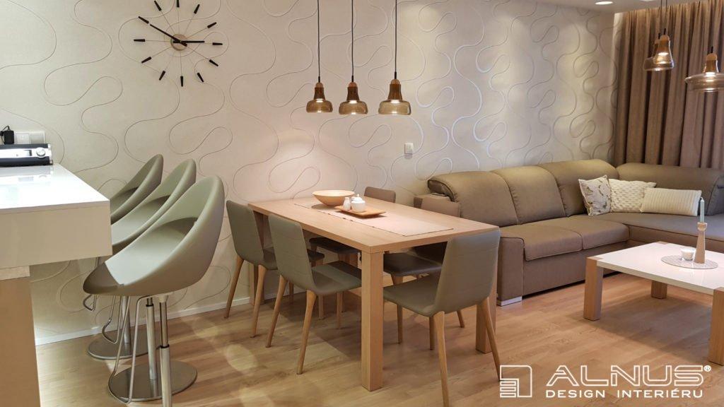 kuchyně se stolem a s obývákem v malém prostoru