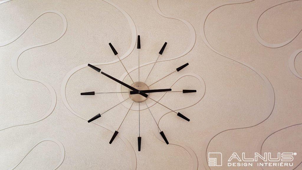 nástěnné hodiny na tapetě interiéru bytu
