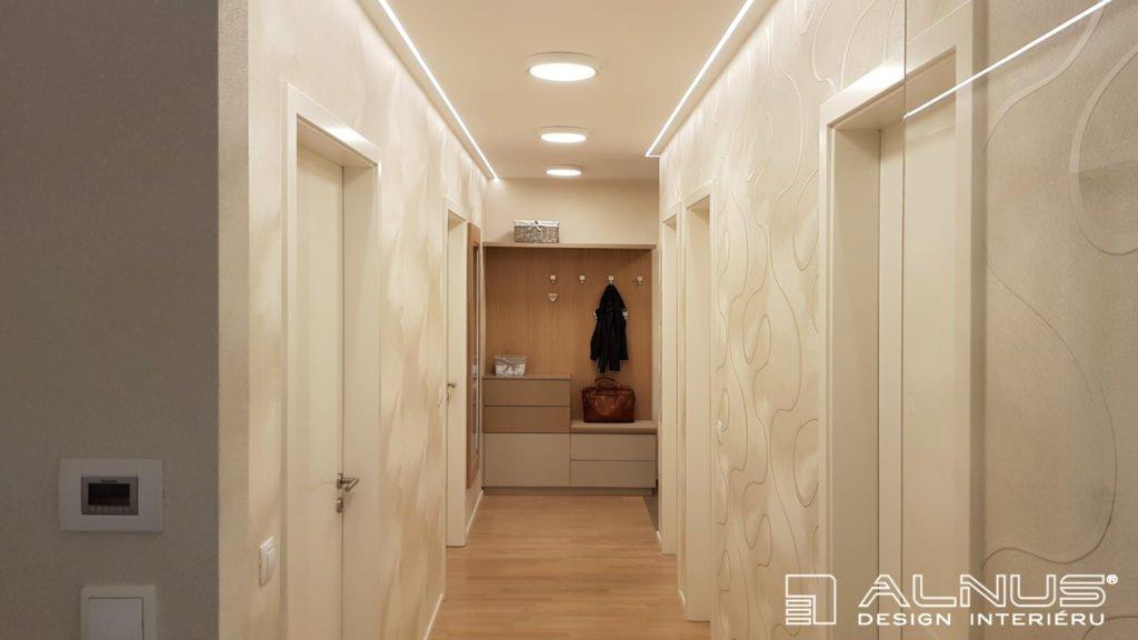 nasvícení stropu v chodbě interiéru bytu v praze