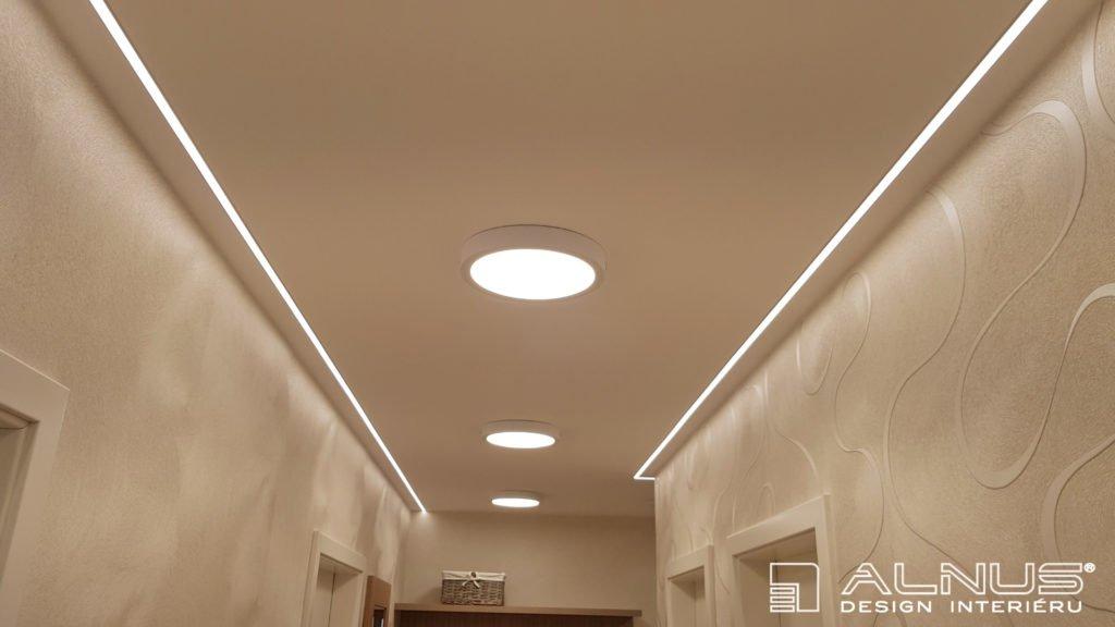 podsvícení stropu v chodbě v bytě