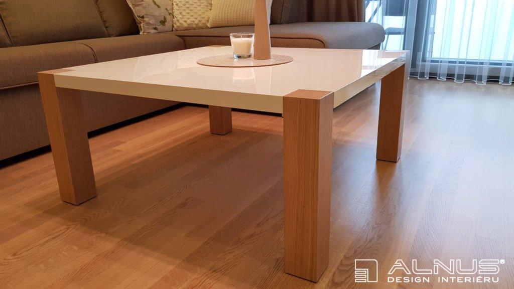 konferenční stolek v interiéru bytu v bílé barvě