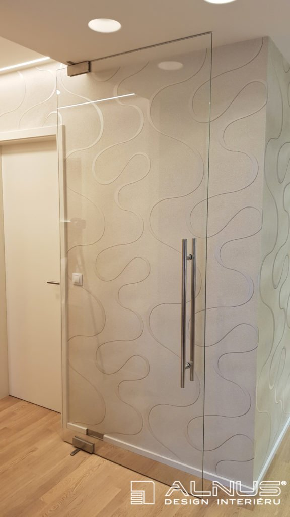skleněné otočné dveře v interiéru bytu v praze