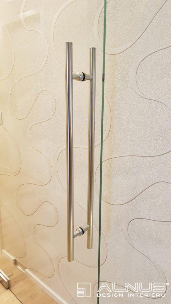 nerezové madlo skleněných dveří