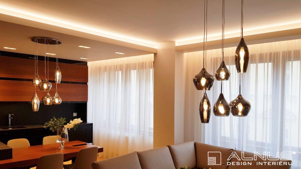 interiér bytu s podsvícením stropu