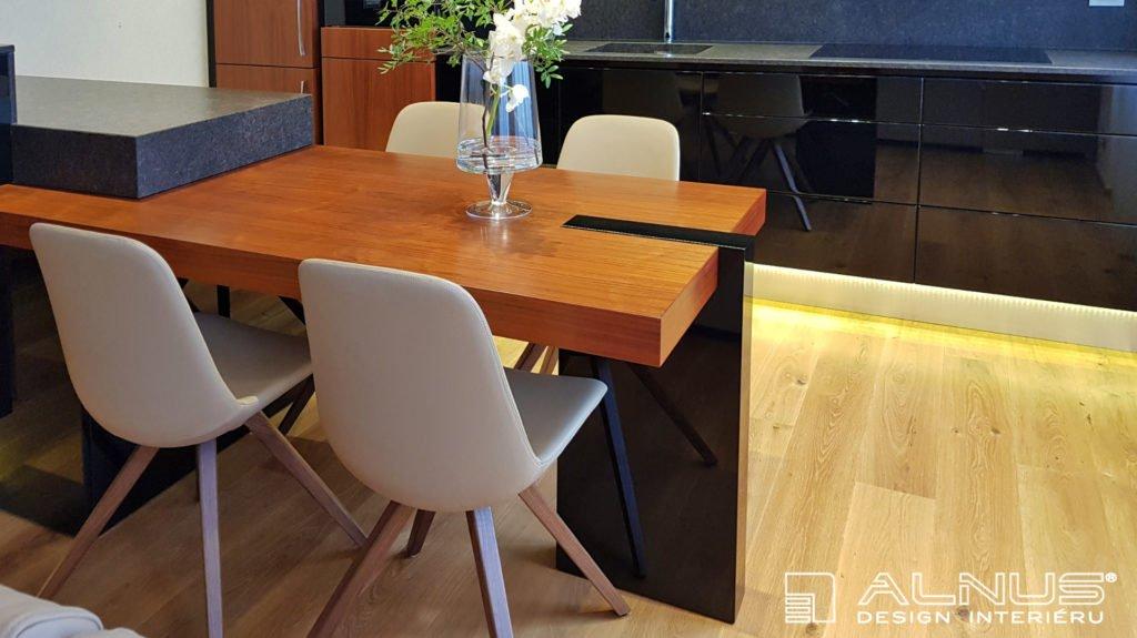 jídelní stůl v ostrůvku kuchyně v malém bytě 2+kk