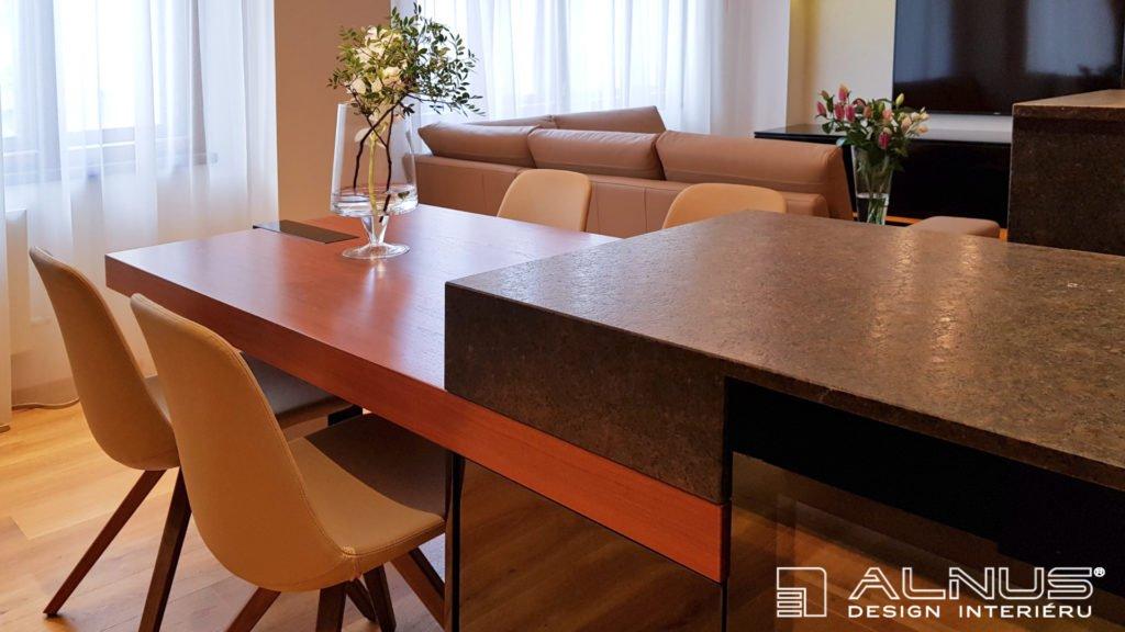 jídelní stůl v ostrůvku kuchyně v malém bytě