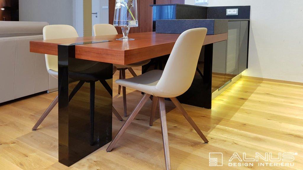 jídelní stůl v ostrůvku kuchyně s designovou nohou v černé barvě