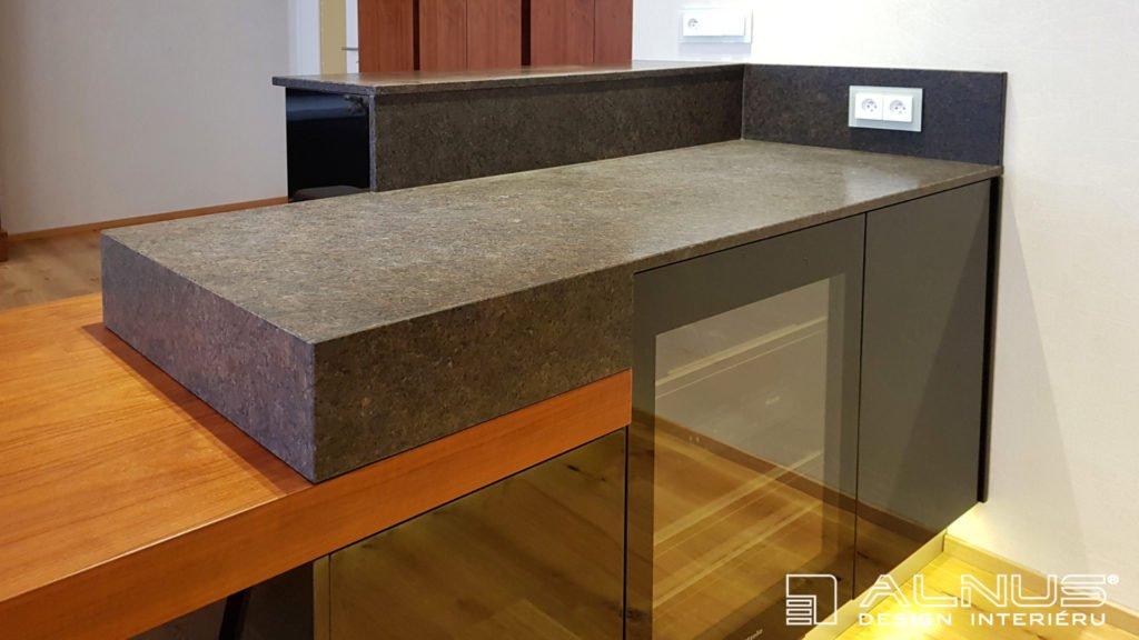 žulová pracovní deska v kuchyni s kamenickým rohem