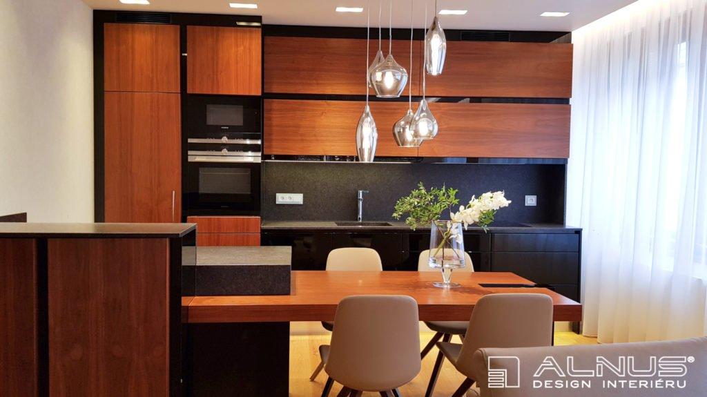 moderní kuchyně s ostrůvkem a integrovaným jídelním stolem