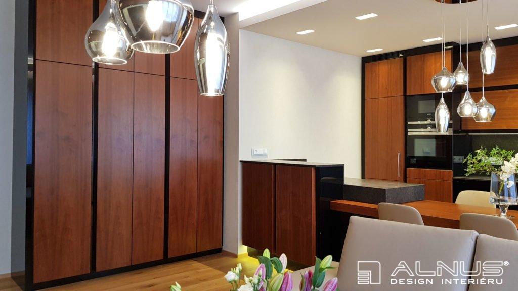 interiér bytu kuchyně s obývákem