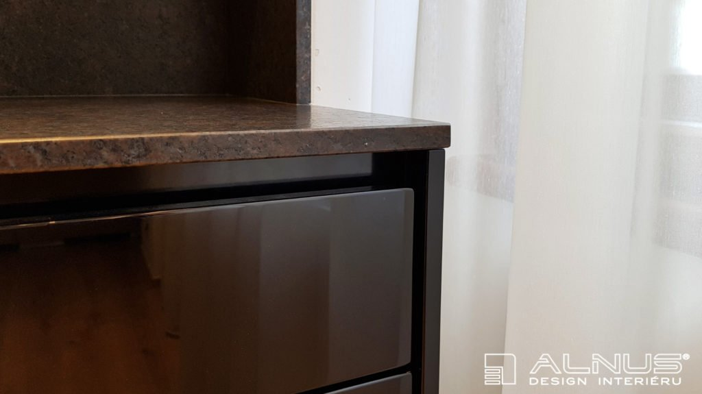 žulová kuchyňská deska v povrchu satin