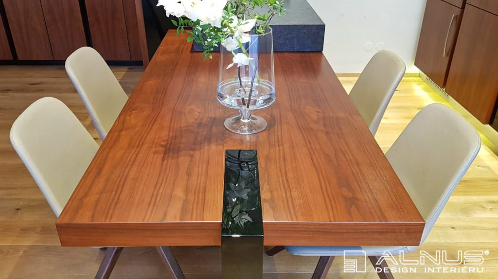 jídelní stůl v ostrůvku kuchyně s designovou nohou na míru