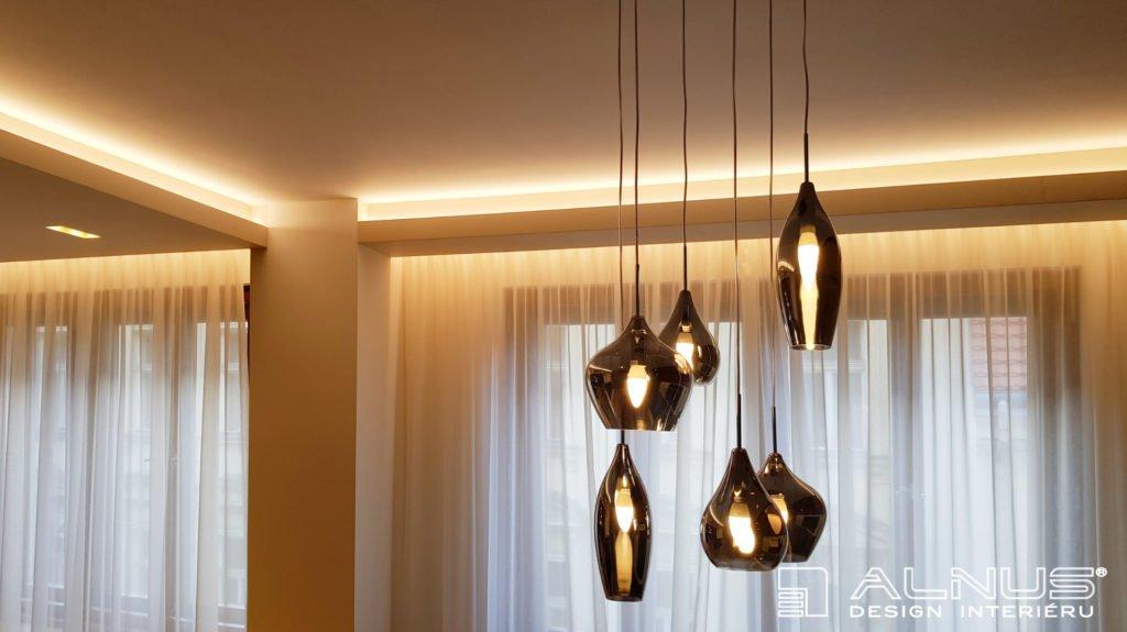 nasvícení stropu s designovým lustrem v interiéru bytu