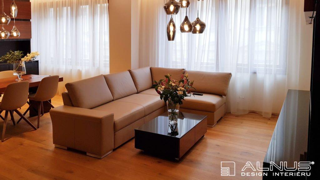 obývací pokoj s kuchyní a jídelnou v malém prostoru