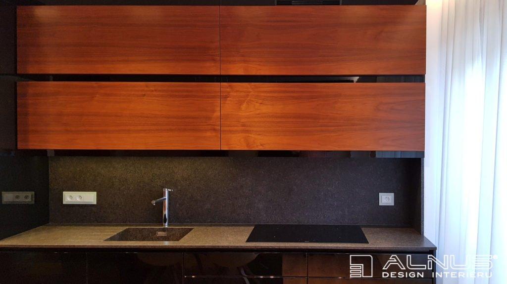 interiér kuchyně s horními skříňkami v horizontálním designu