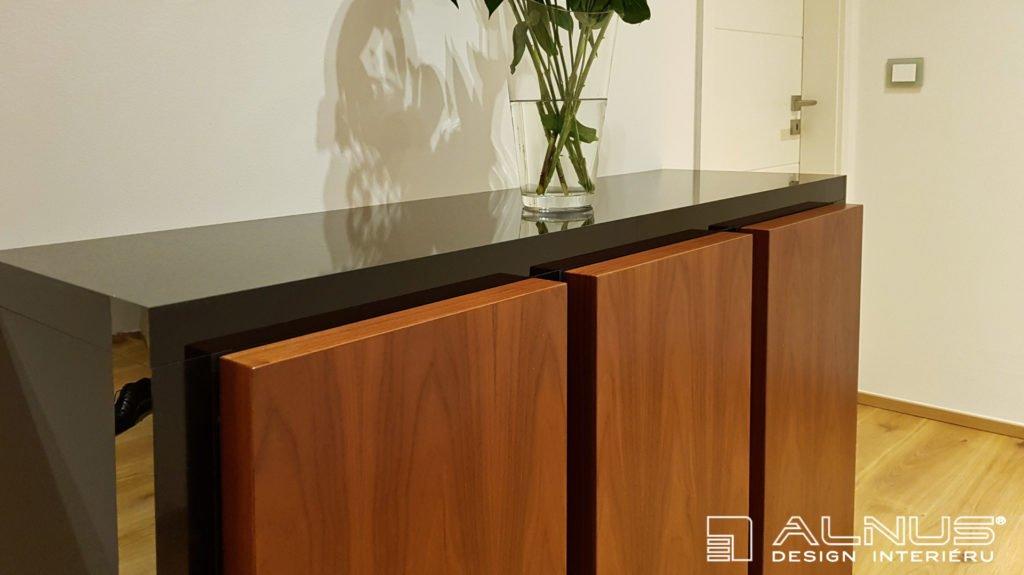 design dvířek komody v interiéru bytu