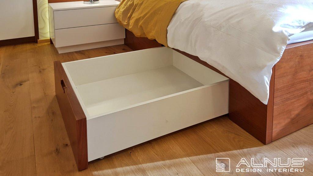 zásuvka jako úložný prostor pod postelí v ložnici