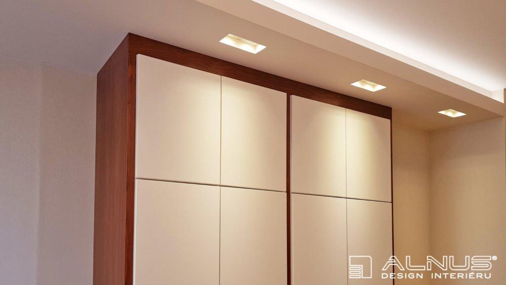 vestavné osvětlení nad skříněmi v ložnici