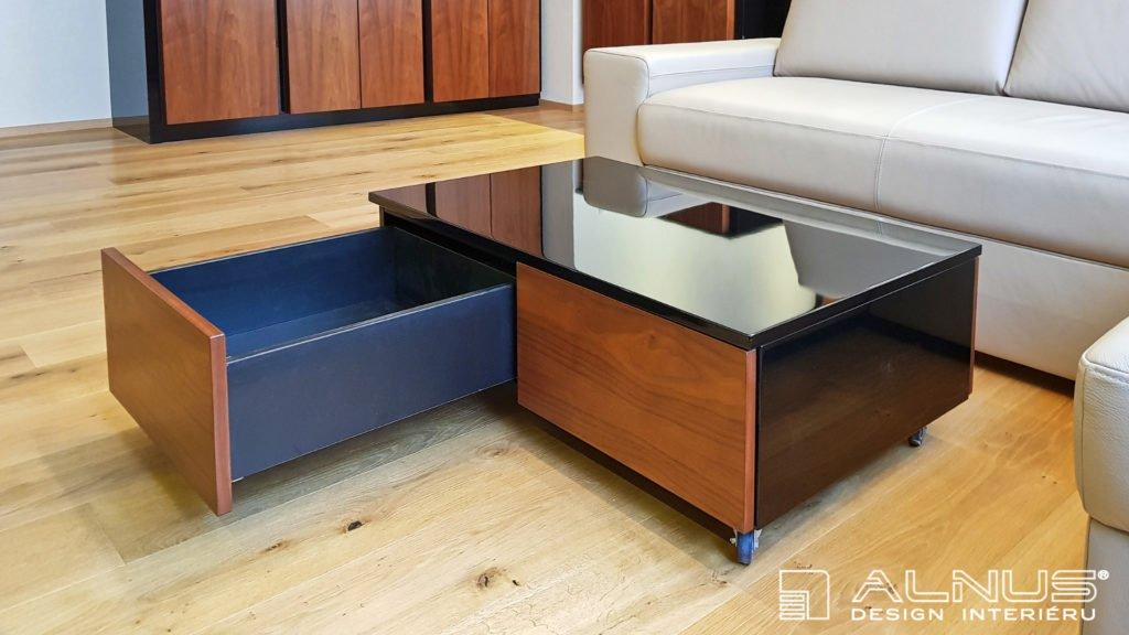 konferenční stolek na kolečkách se skrytými zásuvkami