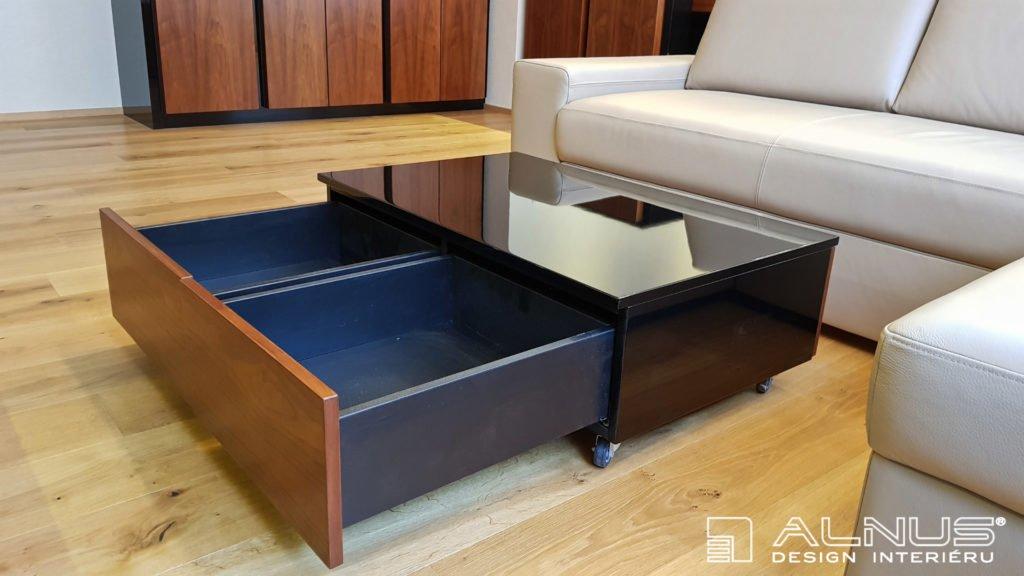 konferenční stolek na kolečkách se zásuvkami