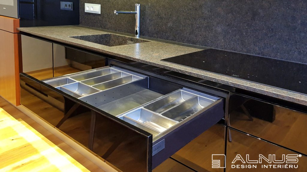 vnitřní výbava zásuvky kuchyně