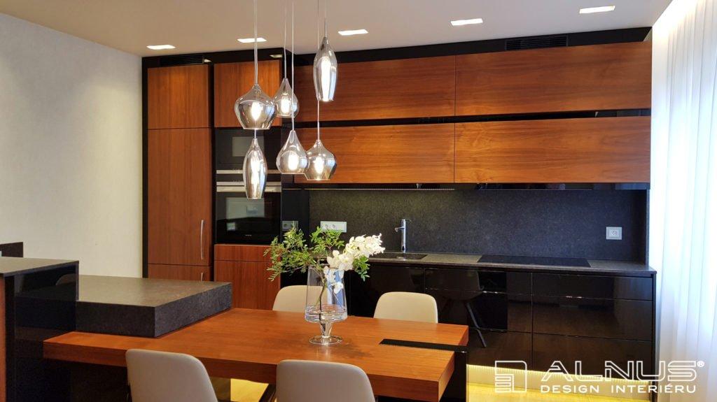 moderní kuchyně s ostrůvkem a integrovaným stolem